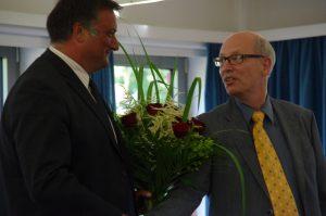 SPD Orts-Vors. R. Johannesson (rechts) gratuliert dem neuen Bürgermeister E. Graf von Groß Grönau